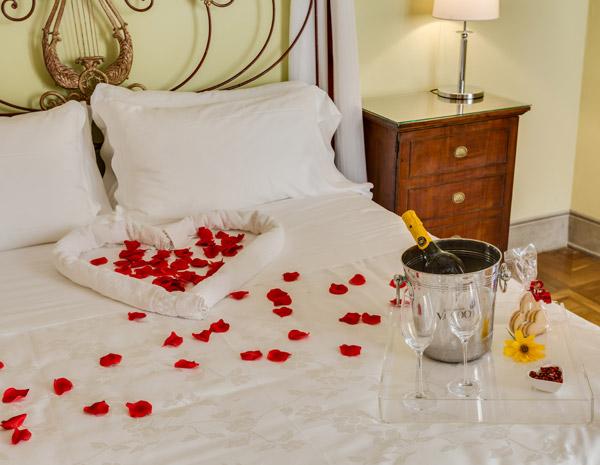 Camere Da Letto Romantiche Con Petali Di Rosa : Cuore di rubino relais degli angeli